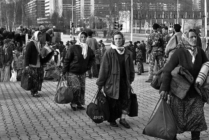 Image of women leaving by Amel Emric